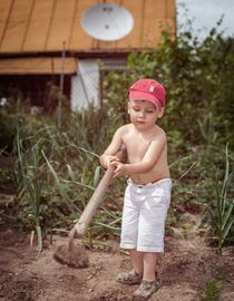 маленький огородник с мотыгой