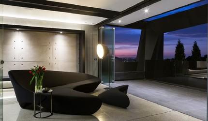 Комната с выходом на большой балкон