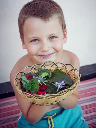мальчик с корзинкой чайного сбора