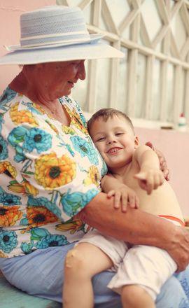 на руках у бабушки