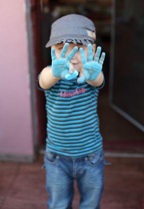 мальчик с измазанными мелом ладонями