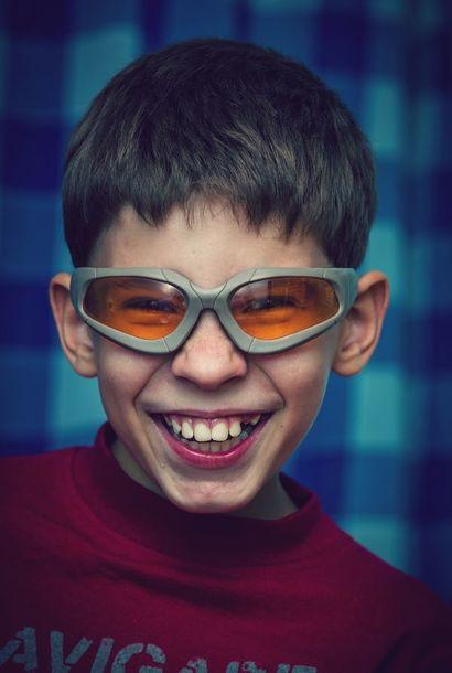 мальчик в защитных очках - консервах