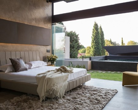 Спальная комната с выходом во двор