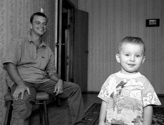 черно-бело фото мальчика и смеющегося молодого человека