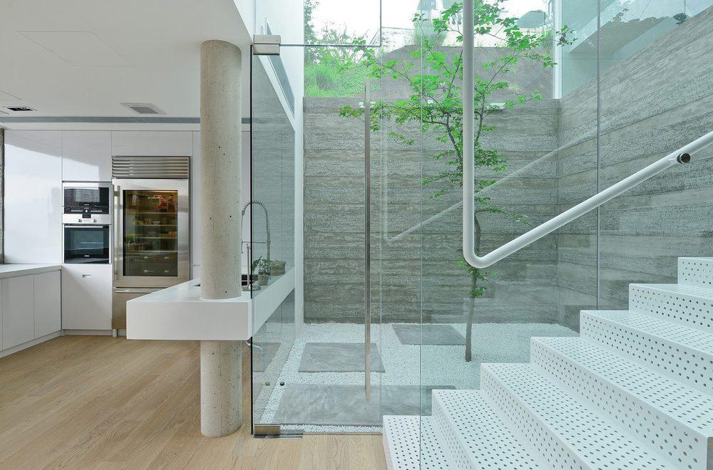 Остекление лестницы, ниша с деревом